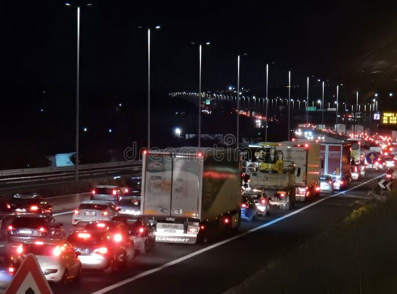 Rome - Traffico sul raccordo anulare Di notte royalty-vrije stock afbeelding