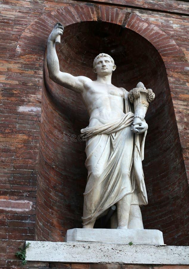Rome - vägg med antika statyer runt om den Quirinal slotten royaltyfri foto
