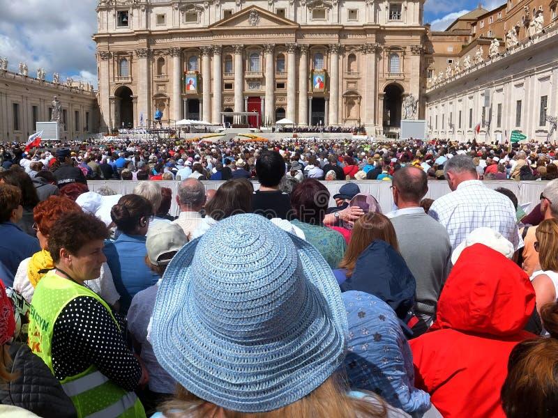 ROME VATICANEN - April 28, 2014: polermedel vallfärdar li arkivfoto