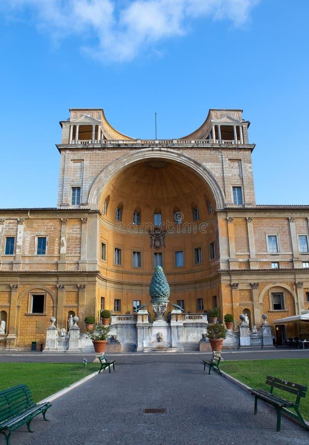 Rome. Vaticanen. Fontana della Pigna (sörja kottespringbrunnen), från det 1st århundradet AD.Cityscape i en solig dag royaltyfri foto