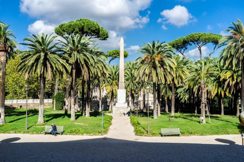 Rome villan Torlonia parkerar Frontal sikt av den egyptiska obelisken (Italien) arkivfoto