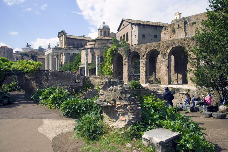 Romeins forum Rome Italië Oude tempel van de Romulustempel van Antoninus en Faustina ruins archeologie royalty-vrije stock afbeeldingen