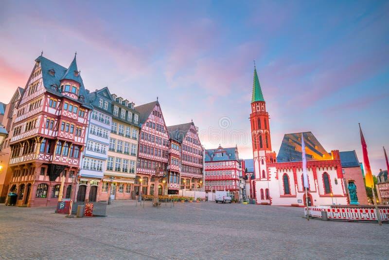 Romerberg för Frankfurt gammal stadfyrkant på skymning royaltyfri bild