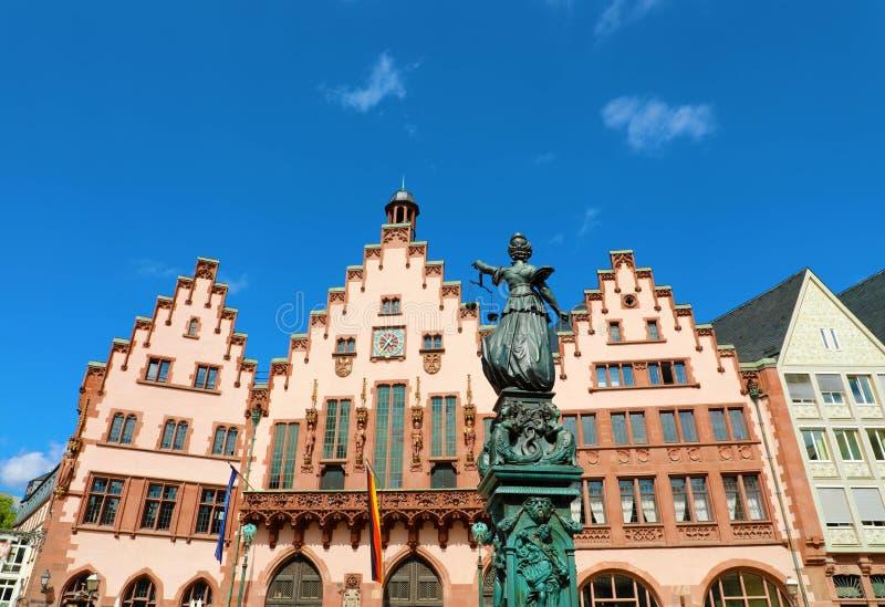 Romerberg fyrkant med stadshus- och rättvisastatyn på blå himmel, huvudsaklig gränsmärke av Frankfurt, Tyskland royaltyfri bild