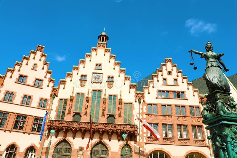 Romerberg-Quadrat mit der Rathaus- und Gerechtigkeitsstatue auf blauem Himmel, Hauptmarkstein von Frankfurt, Deutschland stockfotos