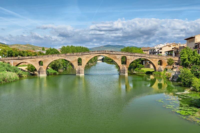 Romersk bro över den Arga floden i Puente laReina royaltyfria bilder