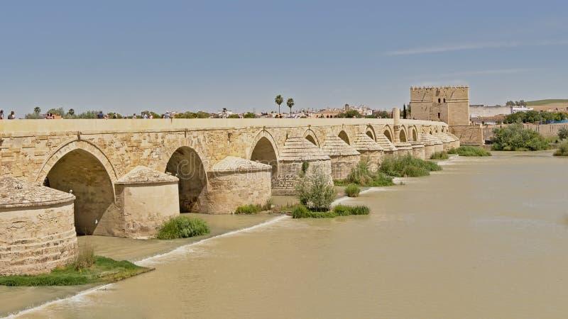Romersk bro över det Gaudalquivir och Calahorra tornet, stärkt port i den historiska mitten av Cordoba arkivbild