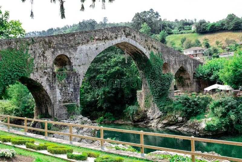 Romersk bro som byggs i det sena 13th århundradet arkivfoto