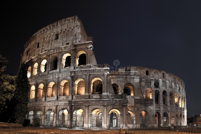 Romersk Coliseum på natten royaltyfria bilder