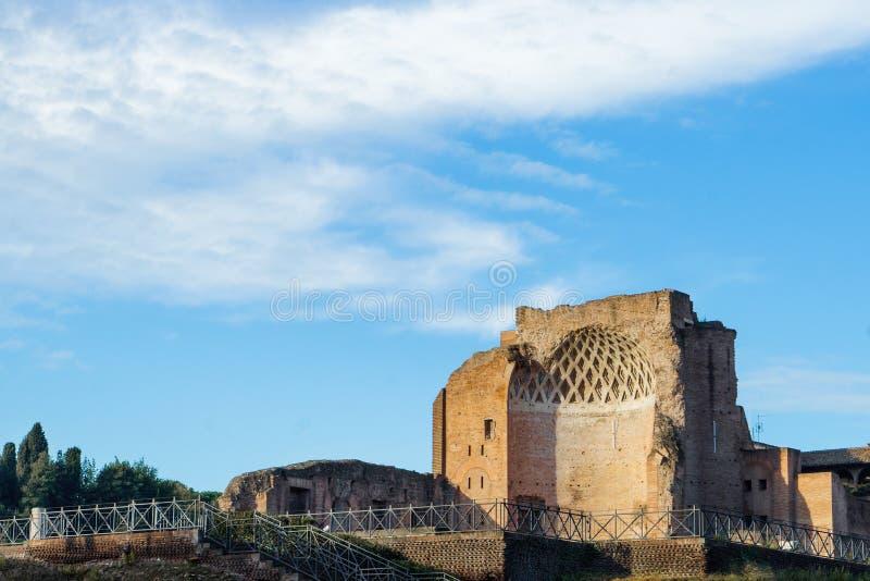 Romersk imperialistisk forntida byggnad i Rome fördärvar utgrävningar, Italien arkivbild