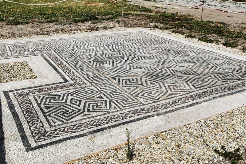 Romersk mosaiktrottoar som lokaliseras i piazzadellaen Vittoria i den arkeologiska utgrävningen av Ostia Antica - Rome royaltyfri fotografi