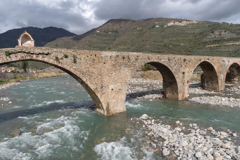 Romersk stenbro, Taggia, Liguria, Italien fotografering för bildbyråer