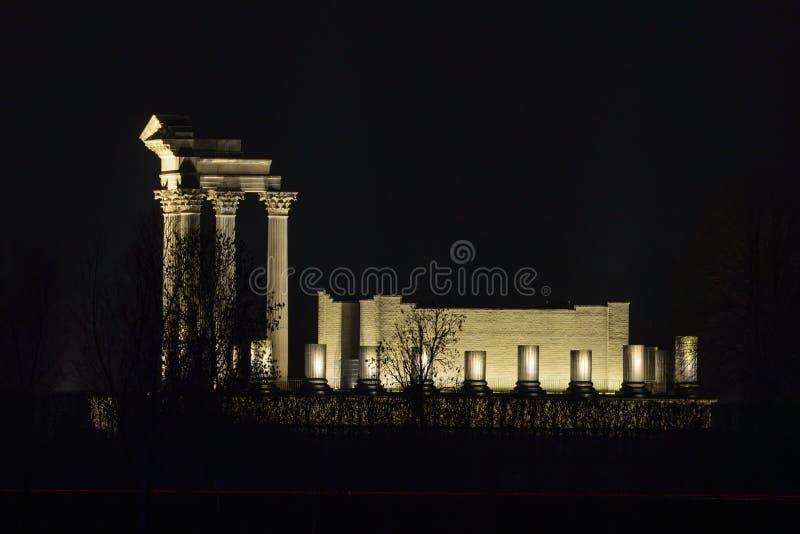 Romersk tempel exponerad på natten royaltyfri bild