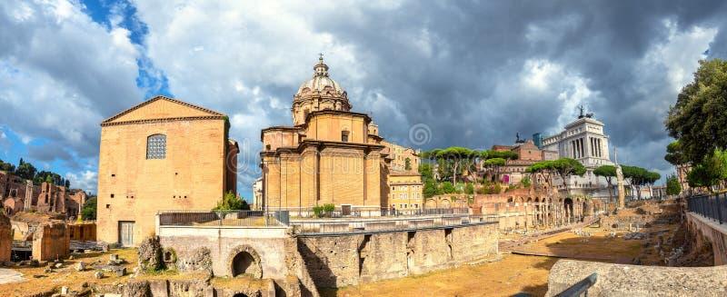 Romerska forumets gamla ruiner i Rom Italien arkivbilder