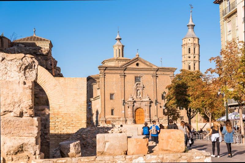 Romerska väggar i bakgrunden av den kyrkliga Iglesiaen de San Juan de los Panetes, Zaragoza, Spanien Kopiera utrymme för text royaltyfri bild