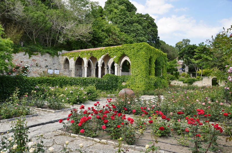 Romerskt bad i gården av den Balchik slotten, Bulgarien royaltyfria foton