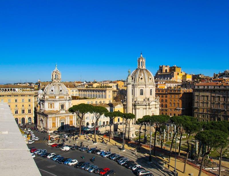 Romerskt fördärvar av det Trajan forumet, katolsk kyrka och milistornet i vintern 2012 Den härliga italienska stenen sörjer italy royaltyfri foto