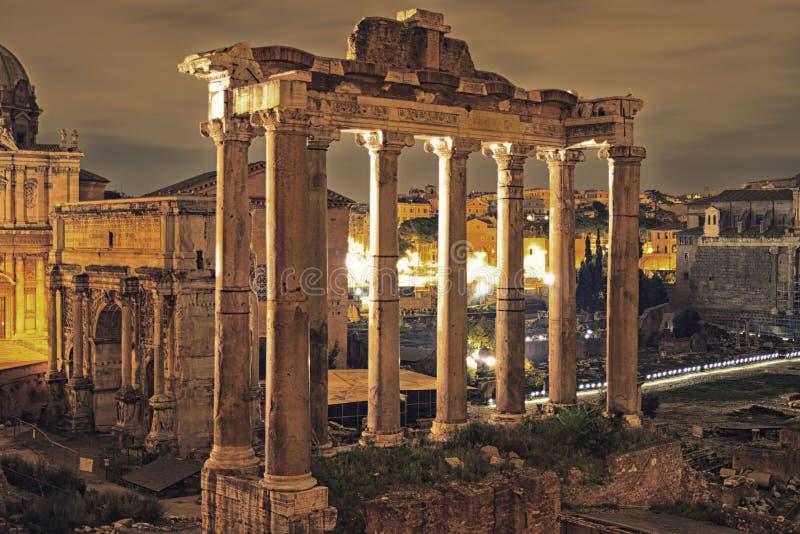 Romerskt fora i natten, Rome fotografering för bildbyråer