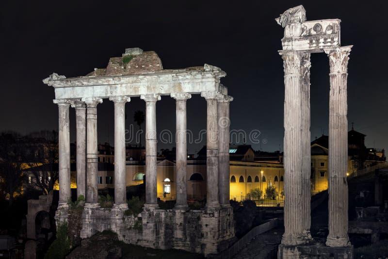 Romerskt forum vid natt arkivfoton