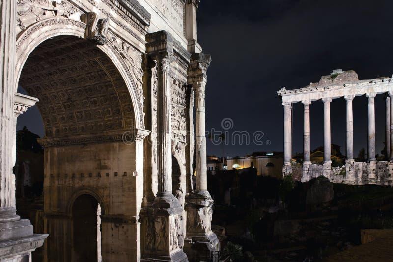 Romerskt forum vid natt arkivfoto