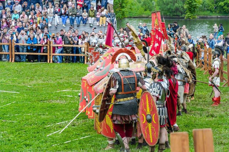 Romerskt ljust infanteri byggde skydd av sköldarna Festival`-tider och epoker Möte` i den parkera`-Kolomenskoye `en, fotografering för bildbyråer