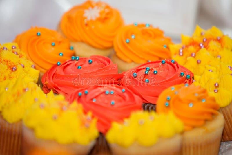 Romig gekleurd cupcakes op een schotel stock afbeelding