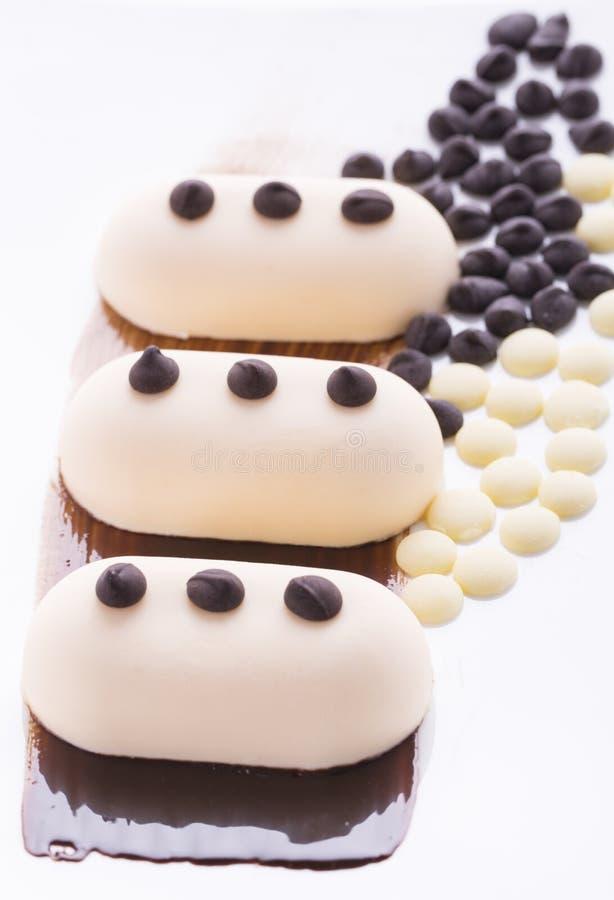 Romig roomijs met chocolade op een witte plaat royalty-vrije stock fotografie