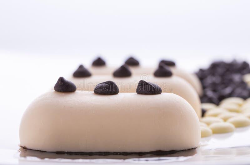 Romig roomijs met chocolade op een witte plaat stock afbeelding
