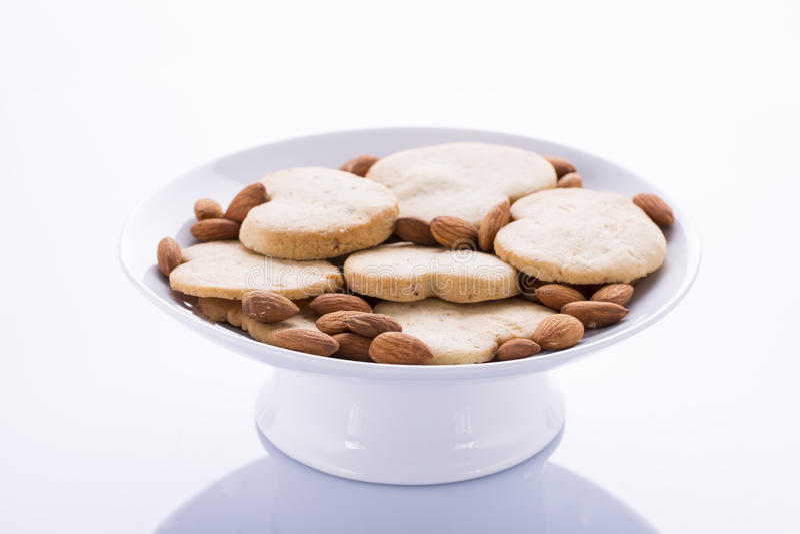 Romig roomijs met chocolade op een witte plaat stock foto's