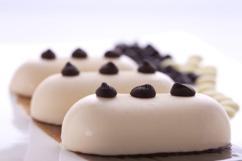 Romig roomijs met chocolade op een witte plaat royalty-vrije stock afbeelding