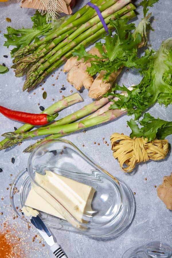 Romige boter en een staalmes Groenten en greens op een lijstachtergrond Hete Spaanse pepers voor een kruidige eigengemaakte maalt royalty-vrije stock foto's