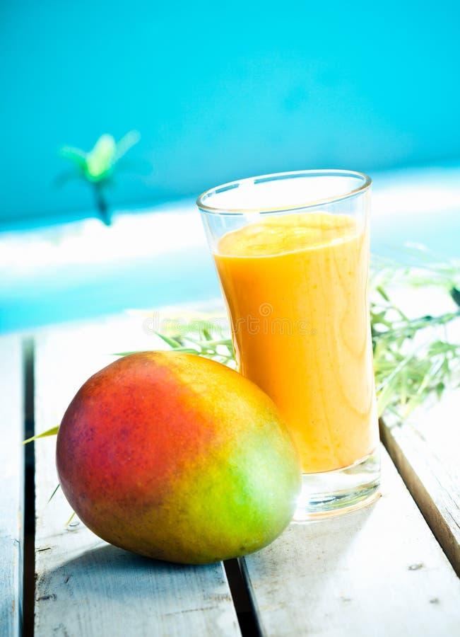 Romige mango smoothie stock afbeeldingen