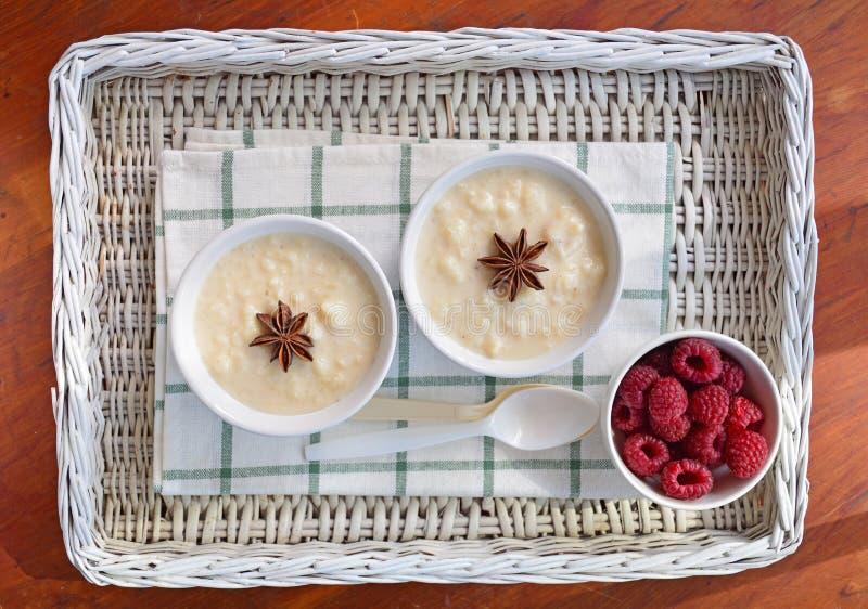 Romige rijstebrij met frambozen royalty-vrije stock afbeelding