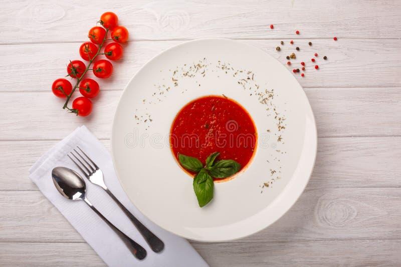 Romige tomaat en linzesoep met feta stock fotografie