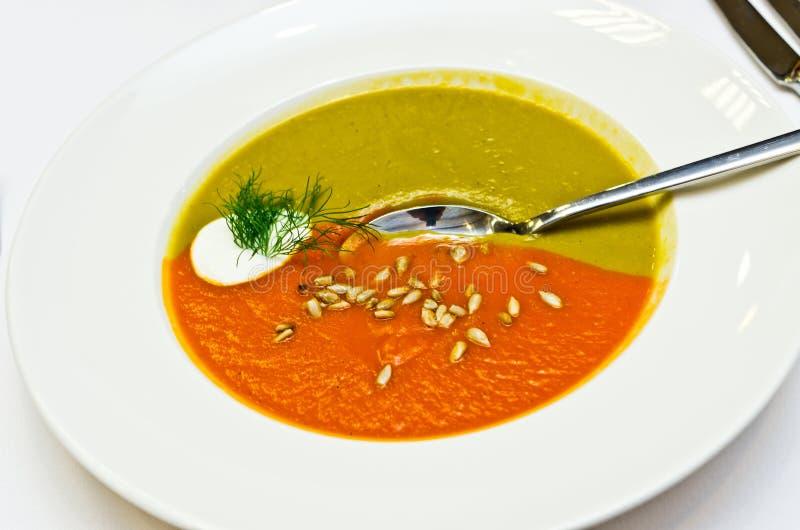 Romige twee gekleurde soep stock fotografie