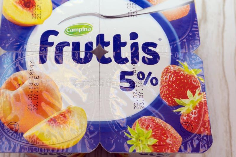 Romige yoghurtwinkel Fruttis - Rusland Berezniki 22 April, 2018 royalty-vrije stock foto