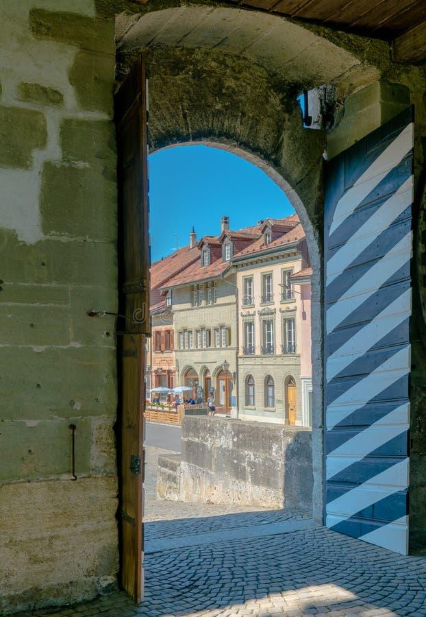 Romont, Fr/Zwitserland - 1 Juni 2019: mening van het historische stadscentrum van het middeleeuwse Zwitserse dorp van Romont in k royalty-vrije stock foto