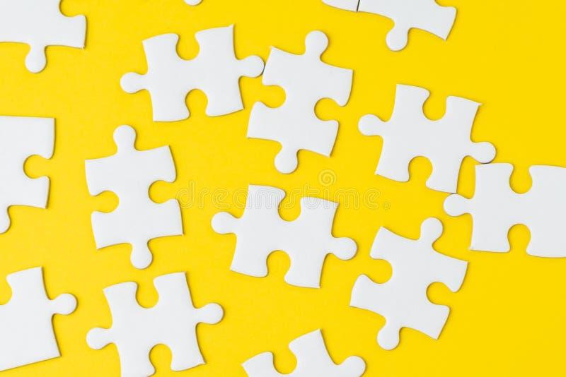 Rompecabezas blanco en la solución amarilla sólida de la metáfora del fondo a solucionar problema de negocio, creatividad, la opc imagen de archivo libre de regalías