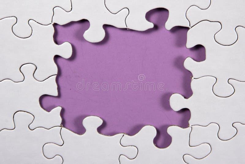 Rompecabezas con el fondo púrpura fotografía de archivo