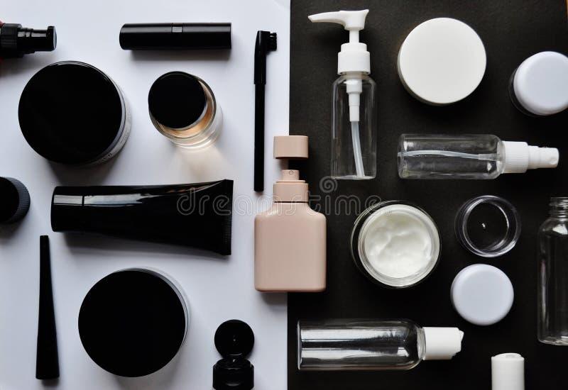 """Rompecabezas con los cosméticos en fondo del negro del †blanco """" imagen de archivo libre de regalías"""