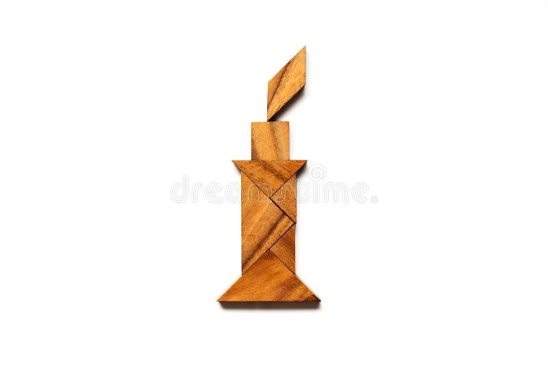 Rompecabezas de madera del rompecabezas chino en forma de la vela en el fondo blanco ( Concepto para la esperanza, pensamiento de fotografía de archivo libre de regalías