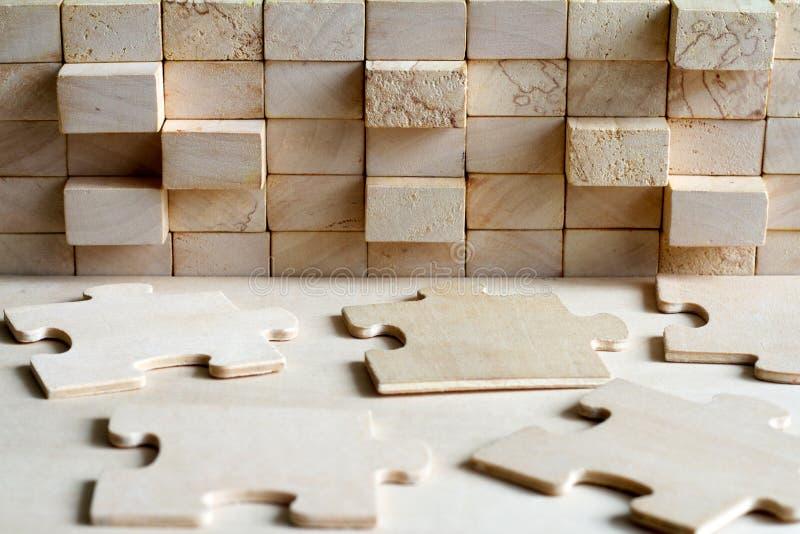 Rompecabezas de madera y bloquear concepto abstracto del fondo de la sociedad del equipo imagenes de archivo