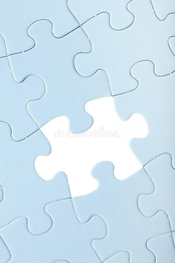 Rompecabezas de rompecabezas azul con el pedazo blanco faltado foto de archivo