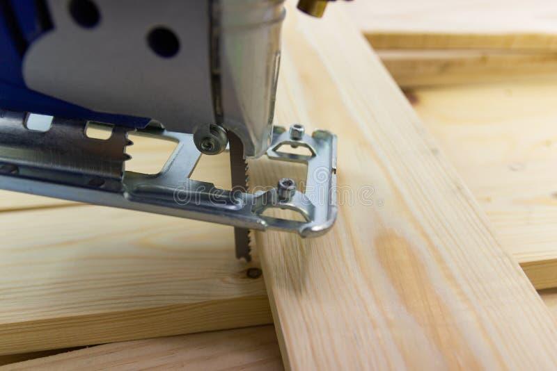 Rompecabezas eléctrico del sawing con madera el proceso del comienzo imagen de archivo libre de regalías