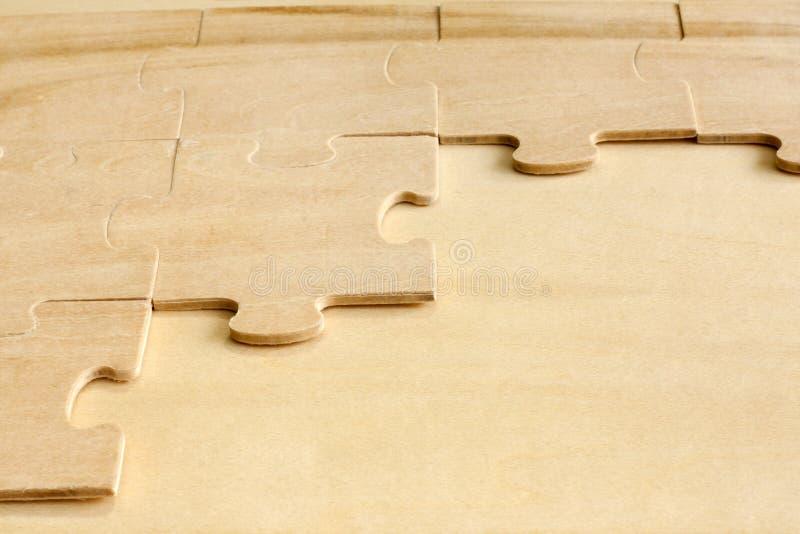 Rompecabezas en fondo abstracto de las tarjetas de madera fotografía de archivo libre de regalías