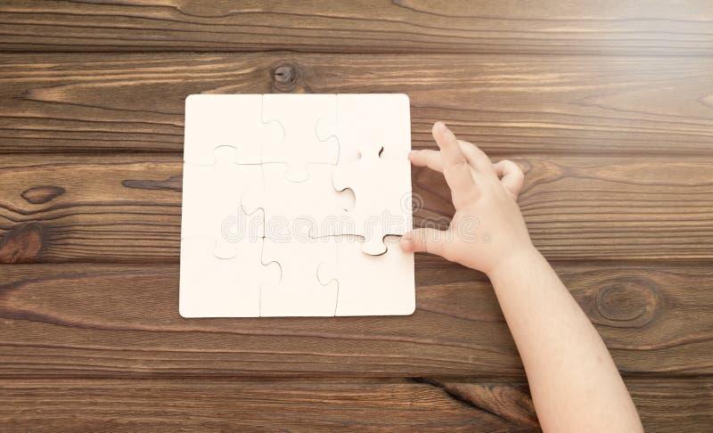 Rompecabezas en un fondo de madera foto de archivo libre de regalías