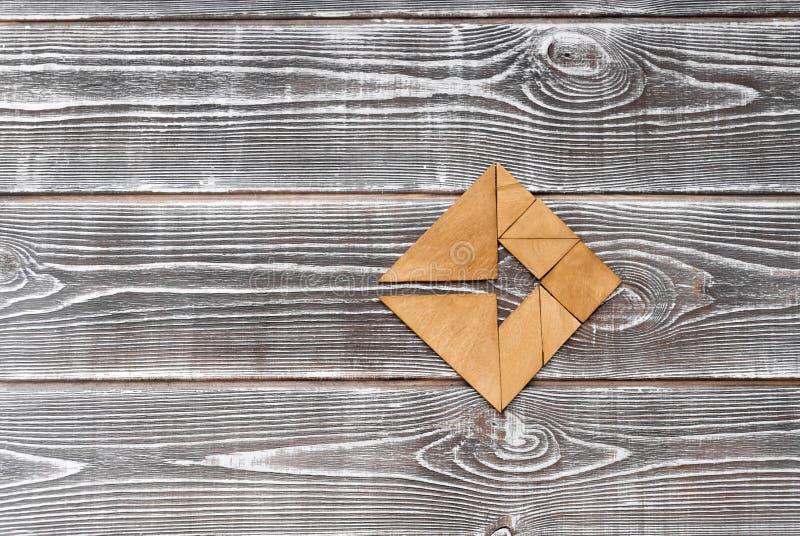 Rompecabezas en una tabla de madera imagen de archivo libre de regalías