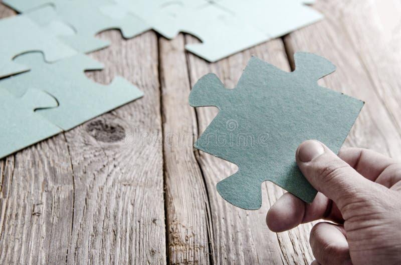 Rompecabezas incompletos que mienten en tableros rústicos de madera fotos de archivo