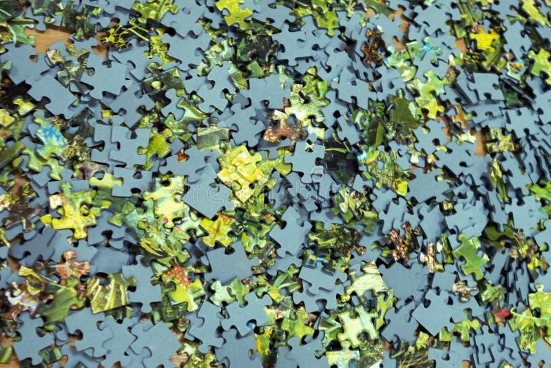 Rompecabezas multicolores de la cartulina presentados en la tabla Fondo creativo del vintage Fondo del oto?o imagenes de archivo