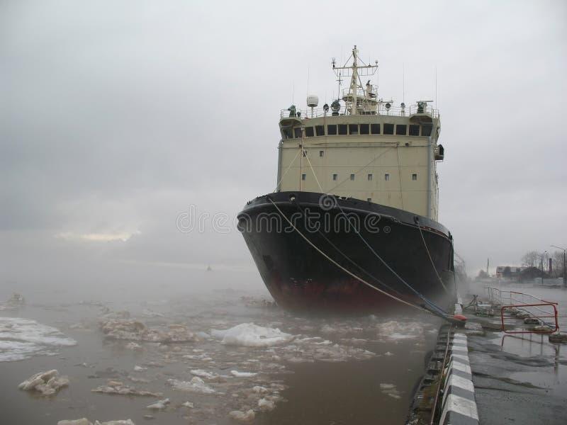 Rompehielos amarrado en la bahía Nariz de la nave imágenes de archivo libres de regalías